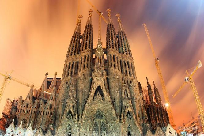 Саграда Фамилиа величественно возвышается над Барселоной (современная фотография)