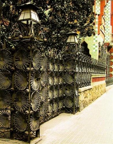 Узор из пальмовых листьев кованой ограды дома Висенса